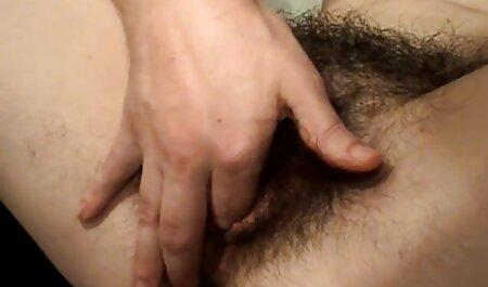 شلخته آسیایی فلم سکس تورکی دارای یک اسباب بازی گیر کرده در کس و مرطوب او